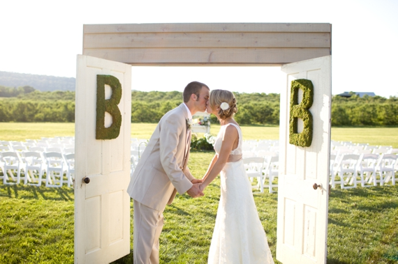 unique-backdrop-doors-wedding-ceremony